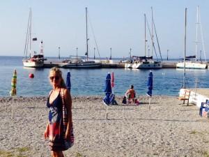 gestern noch 25 kts Wind beim beim Einlaufen, heute schönstes Badewetter am Stadtstrand von Tyros